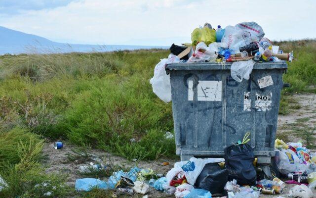 """Wkurzają Was rosnące rachunki po ostatnich podwyżkach """"śmieciowych""""? Jak obniżyć opłaty za wywóz śmieci? Moja sąsiadka znalazła na to legalny sposób. A nawet dwa"""