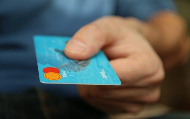 Banki zwalniają z opłat za karty, jeśli aktywnie z nich korzystamy. Ale jak sprawdzić, czy wyrobiliśmy już normę? Te banki podpowiedzą!