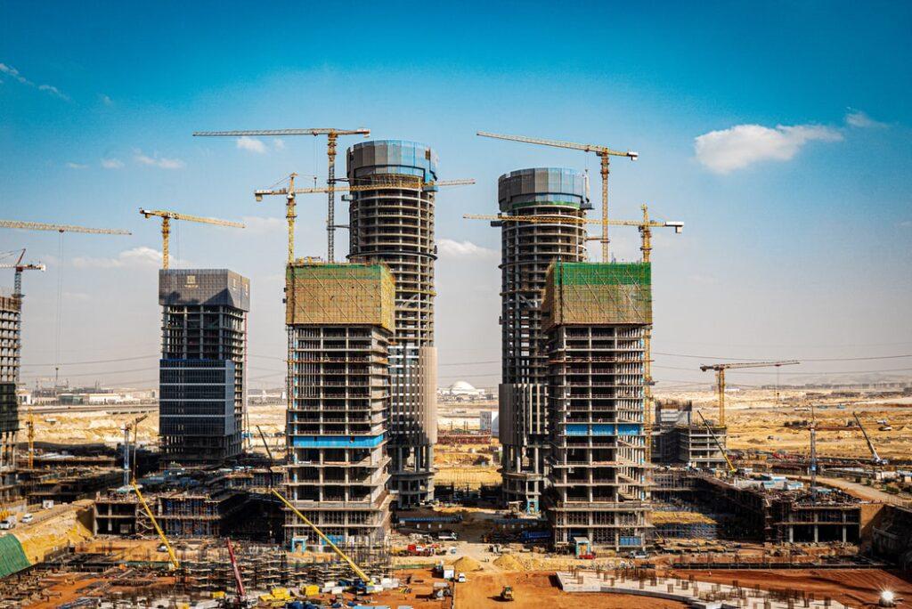 Czy zakup mieszkania może uchronić oszczędności przed inflacją? Czy i na jakie zyski można liczyć? Jakie są ryzyka? Spojrzałem w dane i…
