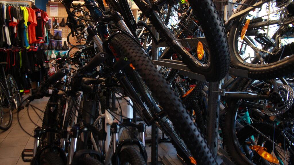 Rower w piwnicy na wagę złota? W sklepach brakuje części, a ceny rowerów ostro poszły w górę. Co się stało?