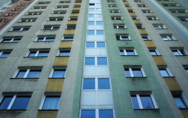 """Rząd chce ułatwić młodym ludziom dostęp do kredytów hipotecznych. Komu pomoże, a komu zaszkodzi gwarancja kredytowa z programu """"Polski Ład""""?"""