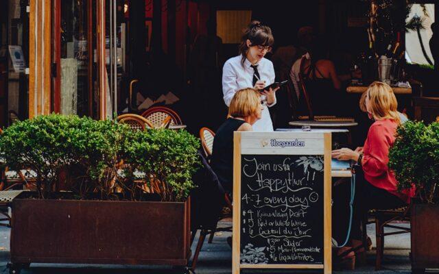 """Restauracje w ogródkach otwarte, ale tylko na pół gwizdka. Ile musimy zostawić w nich pieniędzy? O ile wzrosną ceny? I patenty jak nas wszystkich """"zmieścić"""" w knajpach"""