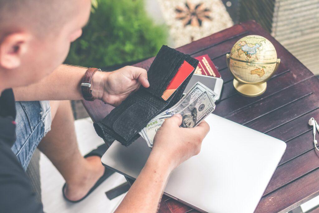 Wyjazd na wakacje lub zakupy w zagranicznym sklepie internetowym. Jak nie przepłacić, robiąc zakupy w walutach obcych? Użyj karty wielowalutowej. Jak ją zdobyć?
