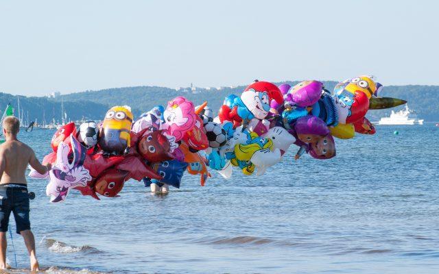 Koniec szkoły! O ile więcej wydamy w tym roku na wakacje nad morzem? Czy można ograniczyć wzrost kosztów? Rady na urlop