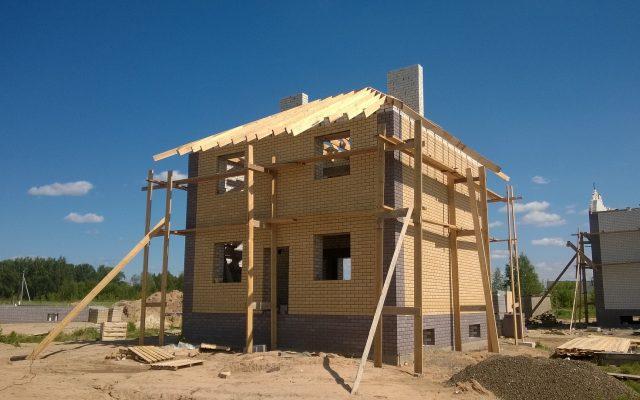 Koszty budowy rosną lawinowo. Czy deweloper – już po podpisaniu umowy z klientem – może podnieść cenę mieszkania o wyższe koszty materiałów budowlanych?