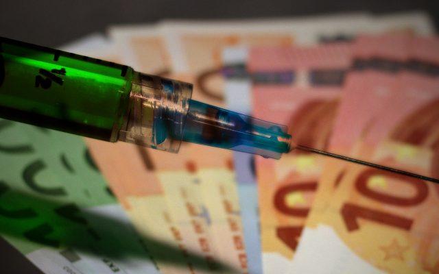"""Rusza loteria szczepionkowa. Nagrody są całkiem realne, a wygrać coś jest łatwiej niż trafić """"czwórkę"""" w Lotto. A jakie szanse na dużą nagrodę? I jak grać żeby wygrać?"""