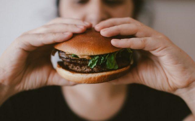 Wegańskie burgery, tofu, mięso z probówki. Ile kosztuje przejście na weganizm?