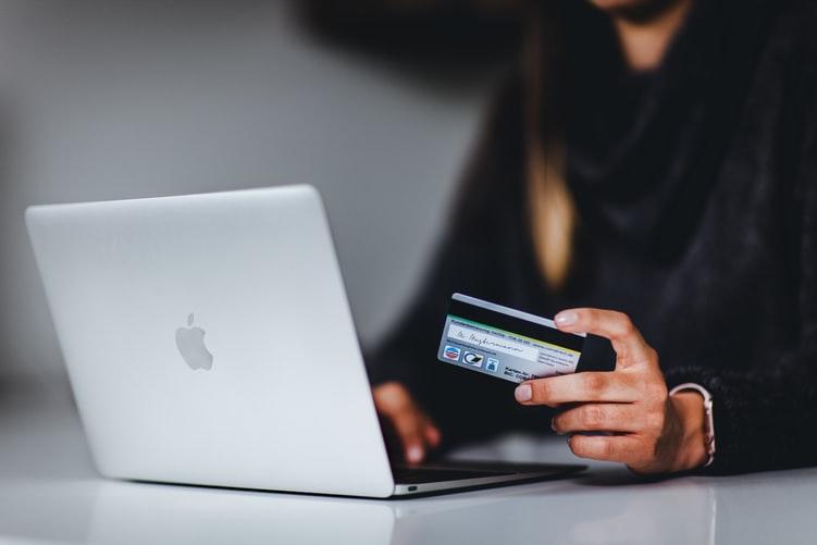 """Banki coraz częściej zastawiają na nas te """"plastikowe"""" pułapki. Zastrzeżenie karty i… opłata. Niedostarczona karta i… prowizja. Czy to w ogóle zgodne z prawem?"""