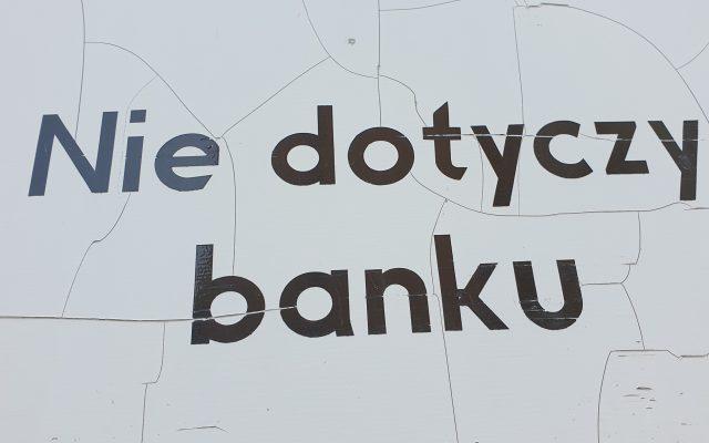 Czy z banków na dobre zaczęły odpływać pieniądze? Z ROR-ów, kont oszczędnościowych i lokat złotowych wycofujemy ogromne kwoty. Gdzie je przenosimy? I co to oznacza?