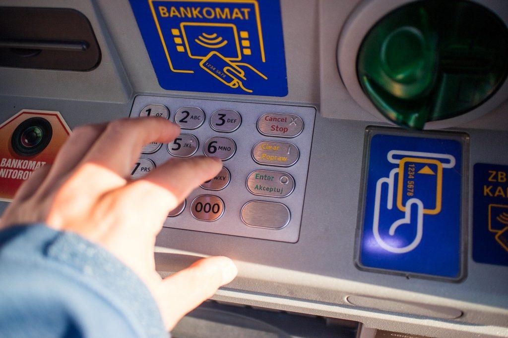 Wszystko drożeje. Banki też. Sprawdzam czy (i o ile?) Twój bank podniósł w czasie pandemii opłaty za podstawowe usługi. Kilka banków się przed tym powstrzymało