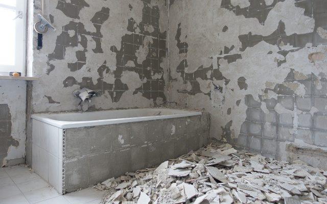 Zalane mieszkanie, grzyb na ścianie, a deweloper zwleka z usunięciem usterki. Jaka jest jego odpowiedzialność za zalanie mieszkania? Prawnik wyjaśnia