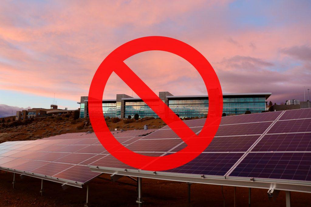 """Operatorzy energetyczni zaczęli odmawiać posiadaczom paneli przyłączania ich fotowoltaiki do sieci. Dlaczego energetycy robią """"zielonym"""" inwestorom pod górkę?"""