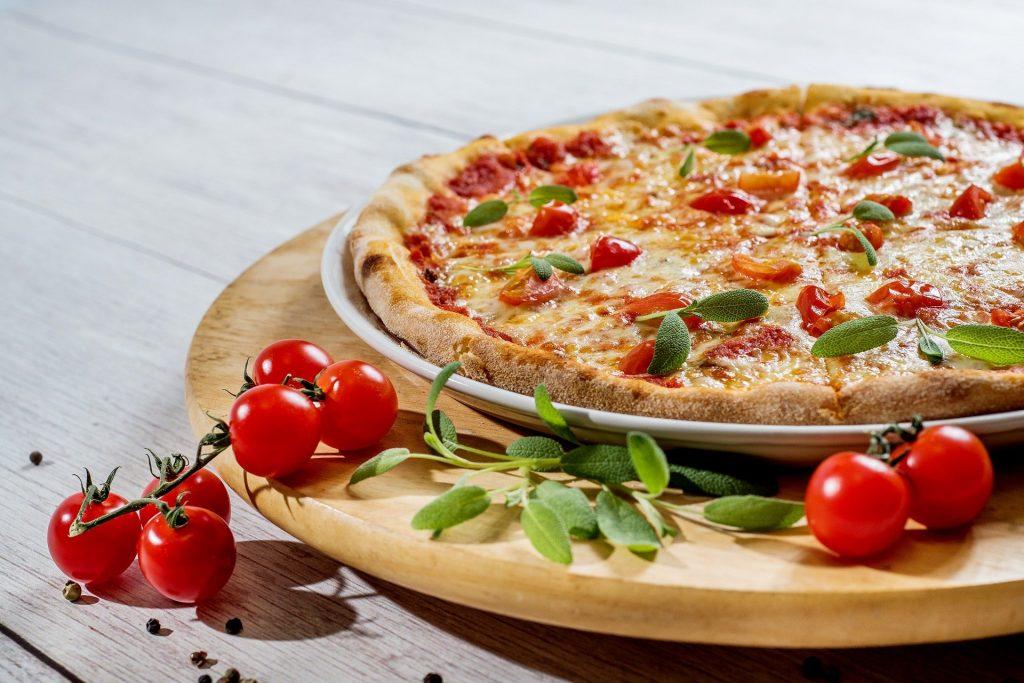 Pizza to najpopularniejsze danie, które zamawiamy w restauracji. O ile podrożała w czasie pandemii? Czy restauracje nie przesadziły z podwyżkami?