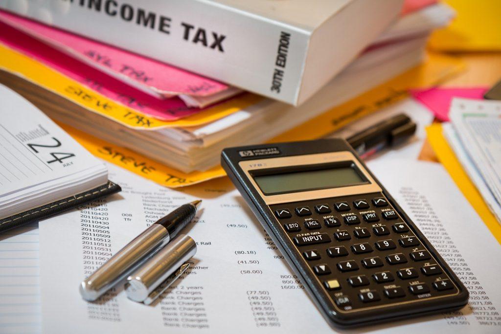 """Rząd mięknie w sprawie podatkowego """"Polskiego Ładu"""". Składka zdrowotna: zamiast 9% przedsiębiorcy zapłacą 4,9% od dochodu. Czyli ile? Liczę!"""