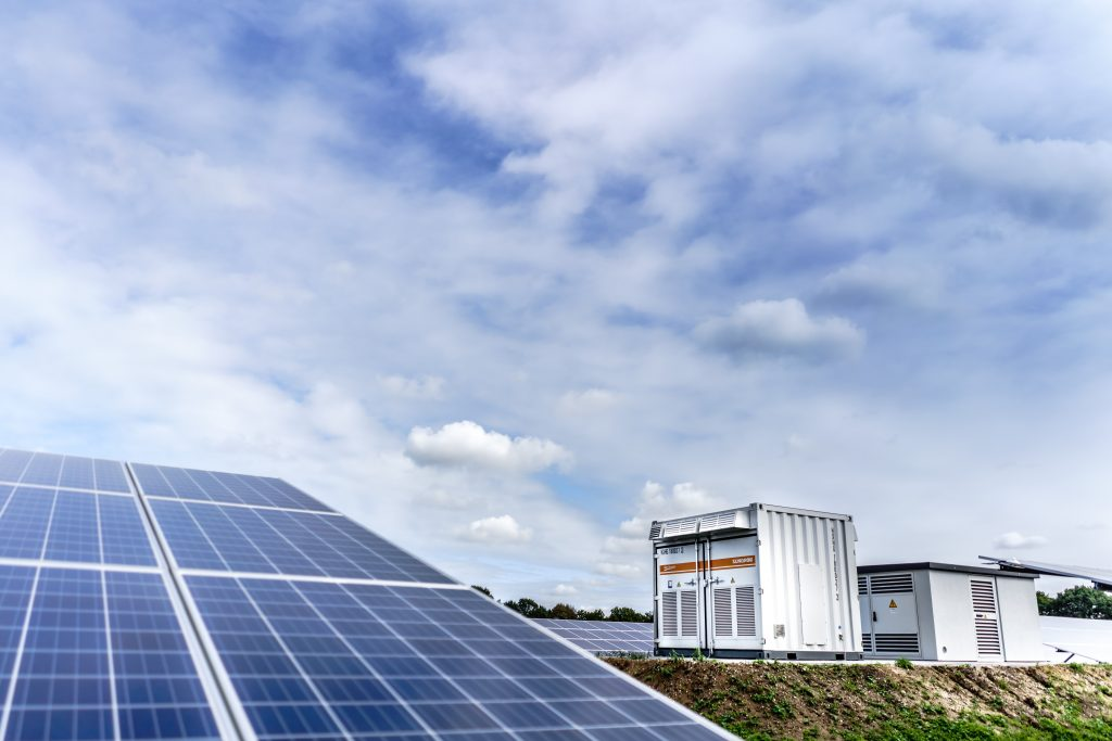Rząd dopłaci do magazynów energii. Ale czy ich zakup – nawet z dotacją – może się opłacić? A może to krok w stronę prawdziwego domu bez rachunków?