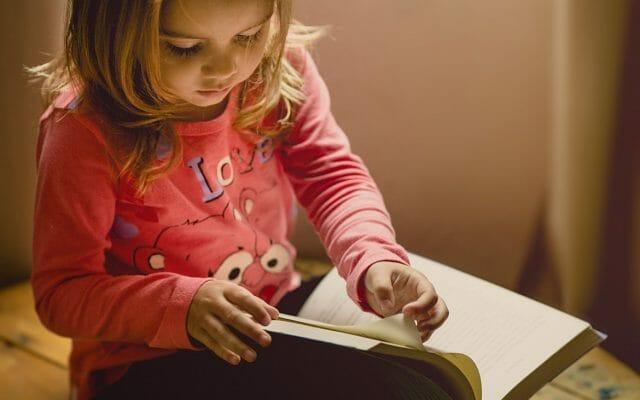Czy dobrze jest płacić dziecku za sprzątanie w swoim pokoju? Za piątkę ze sprawdzianu z matematyki? Za punktualność? Polscy rodzice odpowiadają
