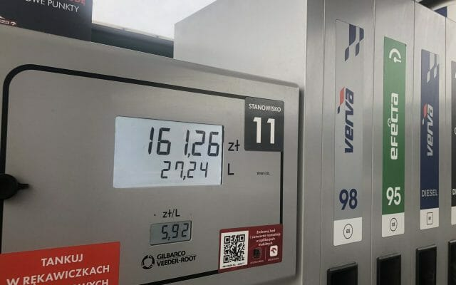 """Bon paliwowy dla wielodzietnych kierowców? Inflacyjny cashback od rządu? A może """"głosowanie bakiem""""? Oto dowód, że właściciele stacji obawiają się """"szóstki z przodu"""""""