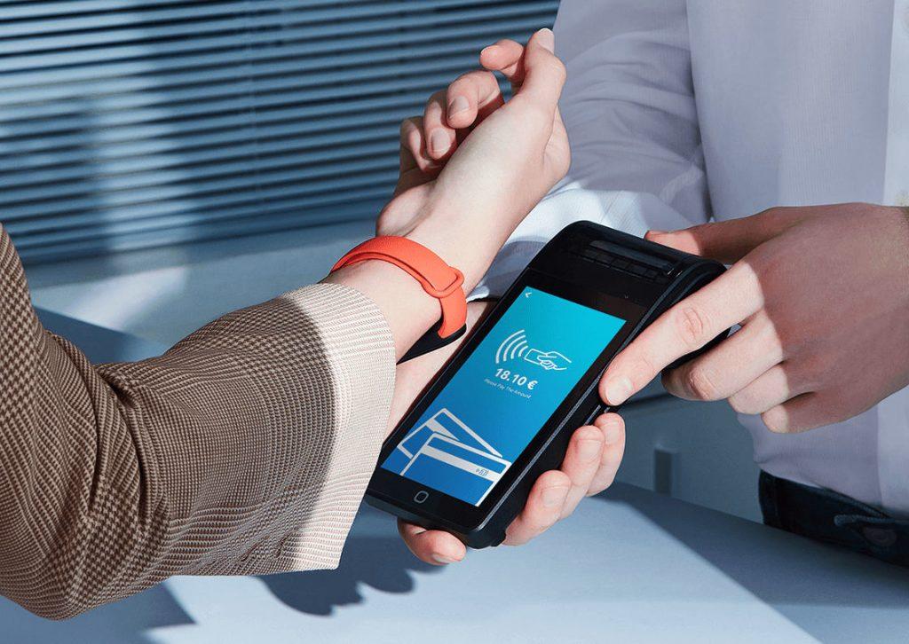 Płacenie zegarkiem trafi pod strzechy? Xiaomi sprowadził do Polski naprawdę tani smartwatch z funkcją płatniczą. Jako pierwsi wypróbują ją klienci… fintechów